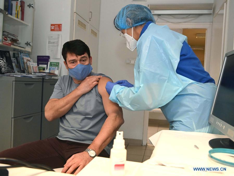 Унгарският президент се ваксинира с китайска ваксина срещу КОВИД- 19