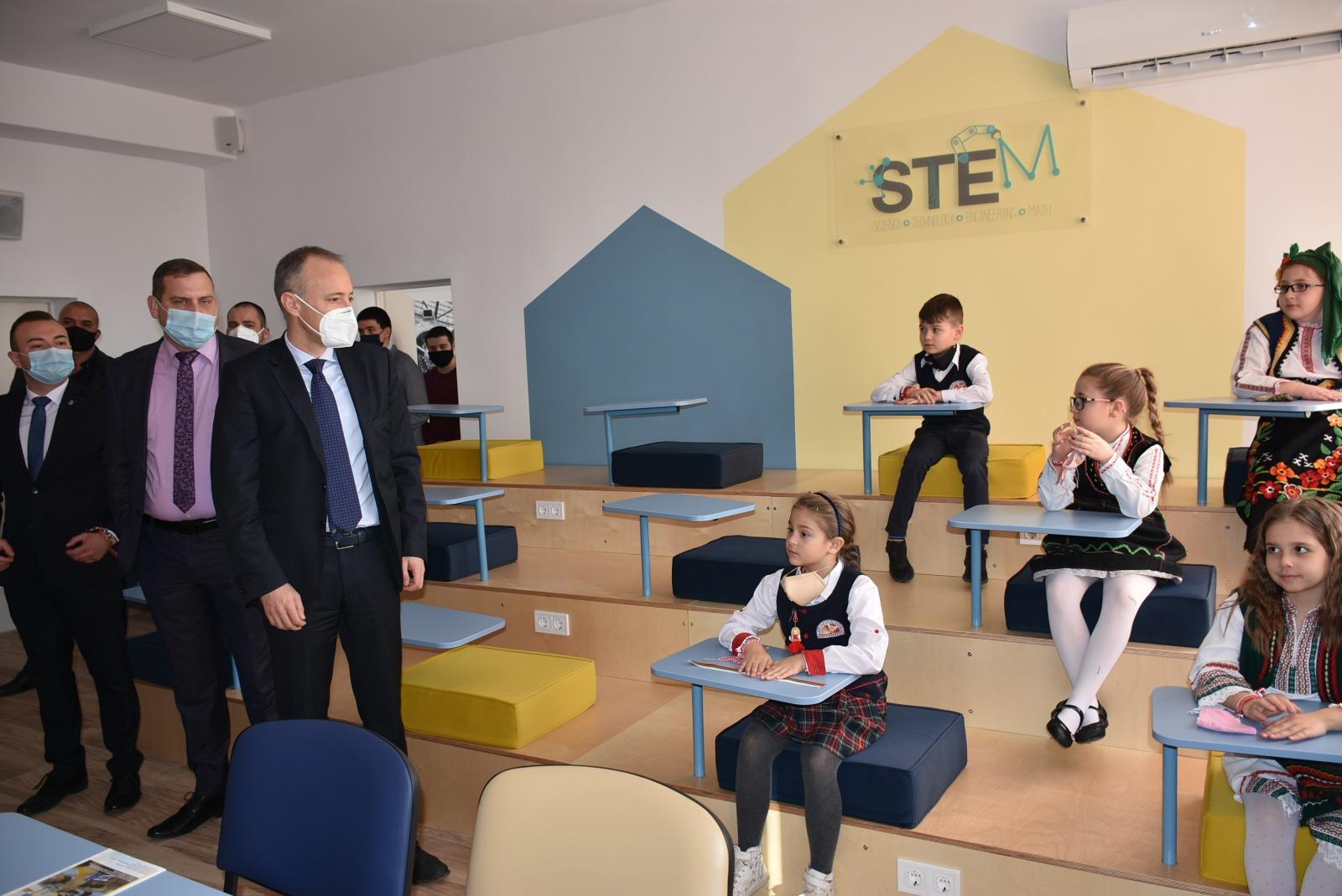Министър Велчев откри иновативен център в училище в Костинброд
