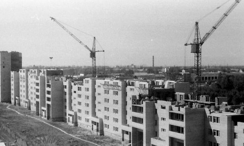 Повечето българи - 92 на сто обитават жилища, построени преди 1990 г., като близо три четвърти - 70,1%, са изградени в периода 1961 - 1990 г. Това показват последните данни на НСИ. Преди 1961 г. са построени 21,9%, а след 1990 г. - 7,9% от жилищата. Гаражи имат 26,7% от семействата - 23,3% в градовете и 36,9% в селата. 92,2% от домакинствата у нас имат собствено жилище през 2020 г., а 4,1% ползват жилище, без да плащат наем. В жилища под наем живеят 3,7% от наблюдаваните домакинства - 2,5% на свободен и 1,2% на общински наем. Второ жилище притежават 8,9% от домакинствата, показват данните на статистиката. Всеки пети българин в градовете живее в голямо жилище - с четири и повече стаи. Близо 51% от хората в селата също са в многостайни жилища. Две трети - 65%, от домакинствата в страната живеят в дву- и тристайни жилища - 71% в градовете и 46,7% в селата. С електричество, вода, канализация, баня и тоалетна в жилищата раз